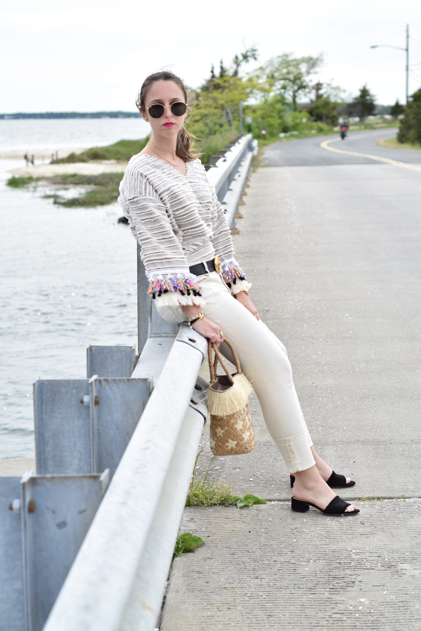 bridge-outfit-white jeans-style